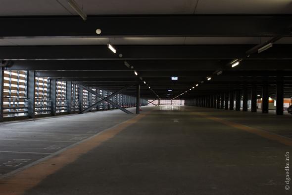 leere Etage in einem Parkhaus am Potsdamer Platz in Berlin